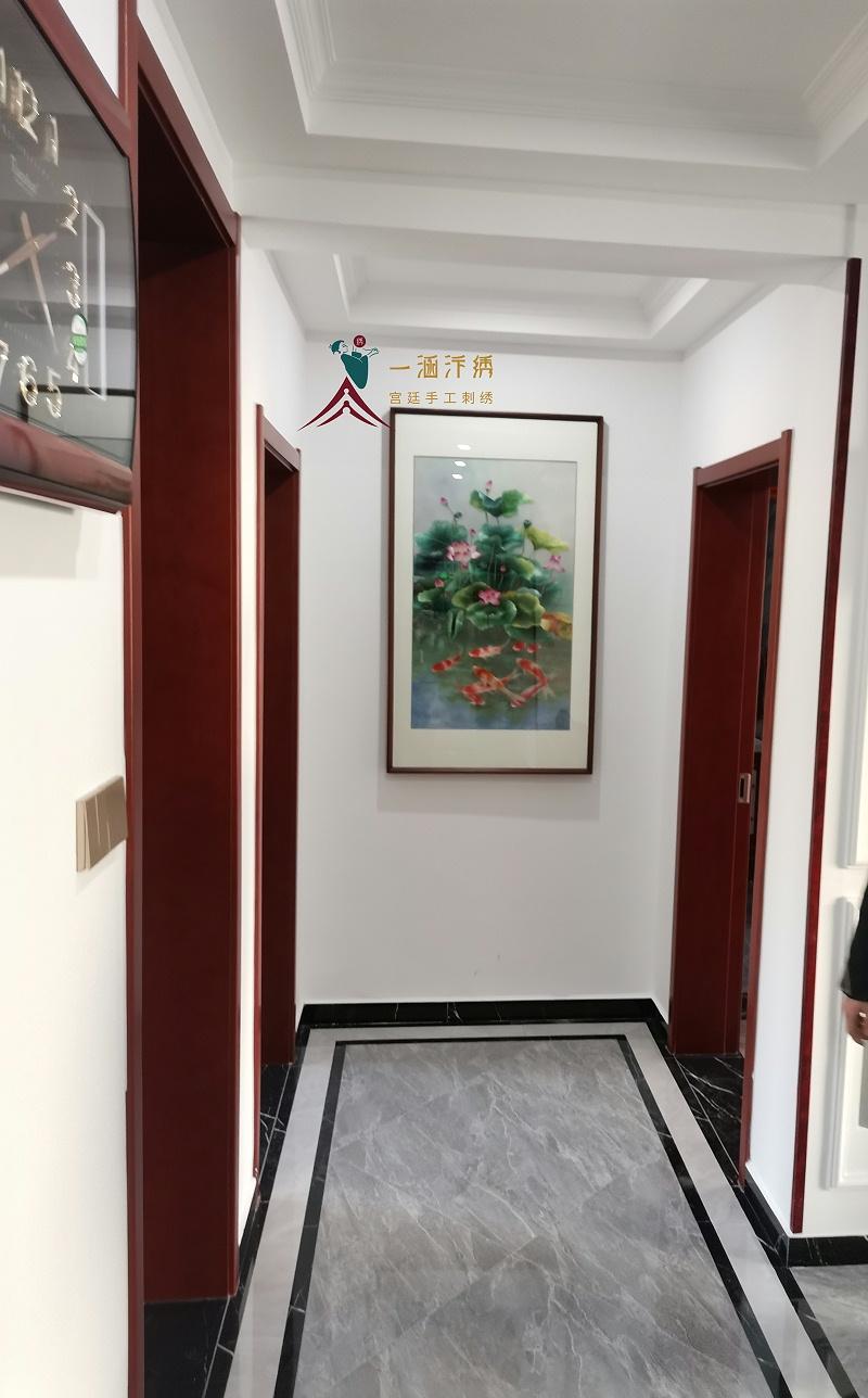 玄关挂画 手工刺绣荷花图(客户安装实景拍摄)