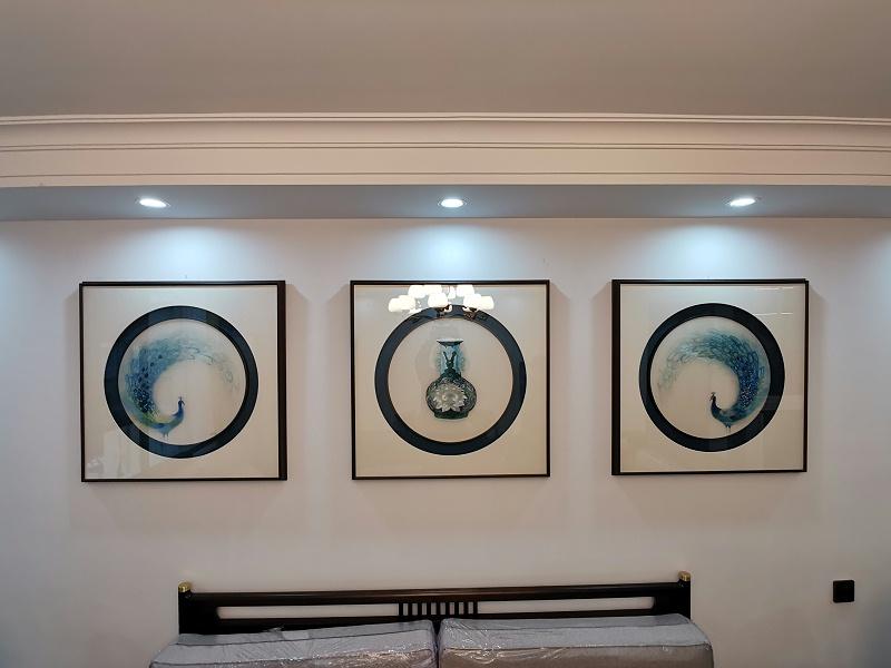 客厅装饰画:刺绣孔雀三联屏